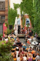 Der Steps Biergarten - Our welcoming backyard